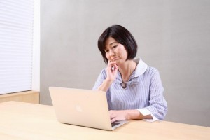 パソコンで調べる40代女性