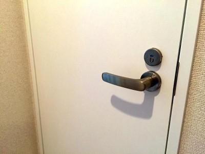 夜のトイレのドア